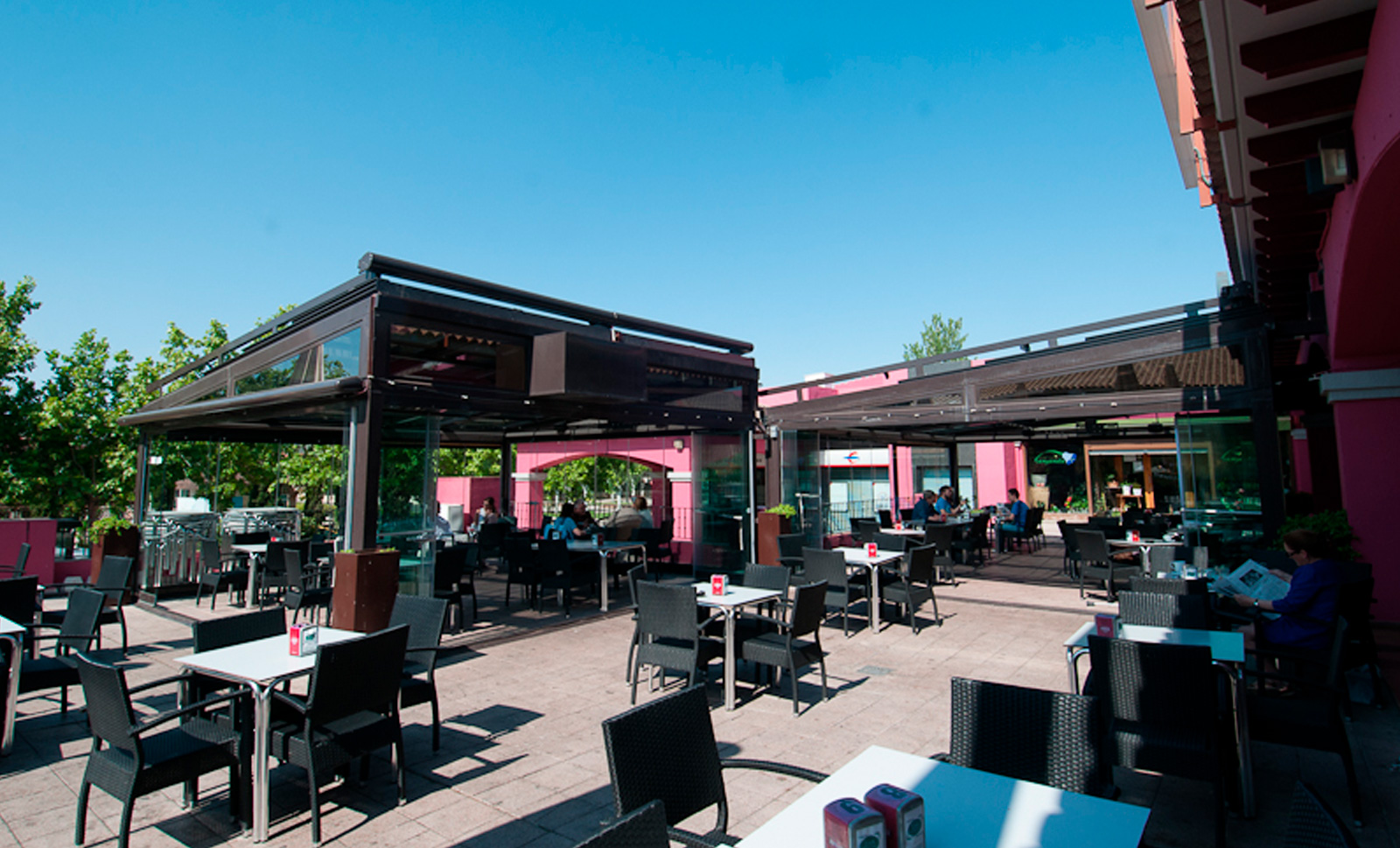 Jena Es Un Bar Y Restaurante Con Amplia Terraza En Zaragoza